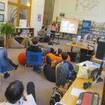 fiatal előadót hallgatnak a diákok