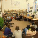 babzsákfotelben ülő fiatalok