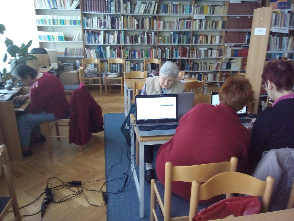 Internetet használó idős emberek